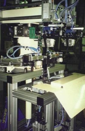 """Machine de """"déformage"""" automatique en sortie de ligne de fabrication de chaussures de sécurité"""